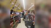 Mujer utiliza su ropa interior como cubrebocas en un supermercado (VIDEO)