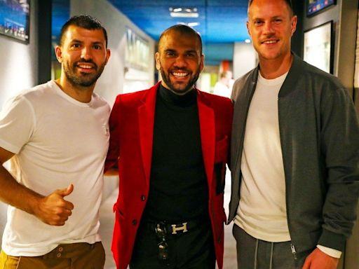 Dani Alves volvió al Barsa y se sacó una foto con el Kun