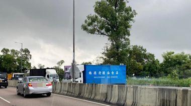 龍翔道兩貨車相撞 現場交通一度擠塞