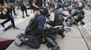 9.29全球反極權遊⾏兩少年被捕今認暴動罪 控方庭上播第一身GoPro片段證示威者擲物   蘋果日報