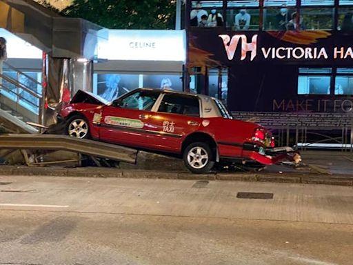 【交通意外】金鐘的士與私家車相撞 的士失控剷左上行人路司機輕傷送院 - 香港經濟日報 - TOPick - 新聞 - 社會