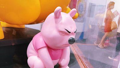 《玻璃心》點擊率直逼千萬 美國藝術家創作便秘粉紅維尼 猙獰表情被批辱華