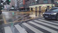 重車碾破老舊管線 中市西屯區自來水管爆路面積水