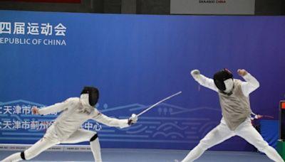 徐英偉祝賀香港劍擊運動員在全運會花劍團體賽奪銅牌 - RTHK