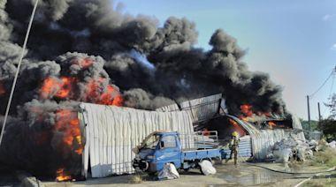 台南鐵皮倉庫爆炸 全面燃燒濃煙竄天   蘋果新聞網   蘋果日報