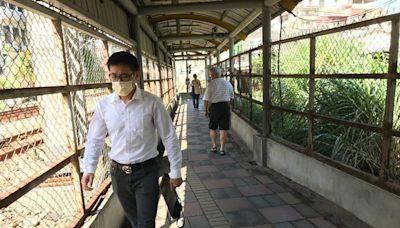 基隆三坑火車站 通往廟口雨陽走廊爛透了