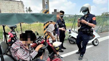 婦人低頭騎乘穿梭車陣 警及時發現避免危害 | 蕃新聞
