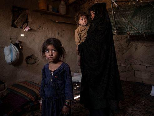 阿富汗陷入赤貧,一些人賣孩子求生