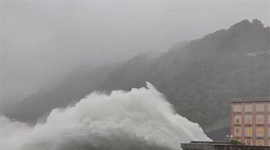 民眾搶看!「石門水庫洩洪」:北市河堤淹大水