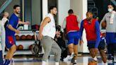 NBA》班西蒙斯穿長褲跟隊友練球 手機插口袋