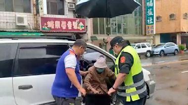 台南長者打疫苗第2天 天雨路滑黃偉哲動員市府團隊照護長輩
