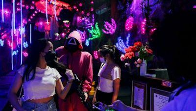 印尼咖啡廳上演真人實境版《魷魚遊戲》 蒙面店員引路玩123木頭人+戳椪糖