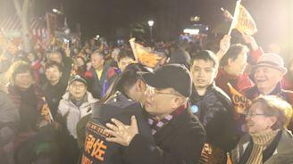 生病後首度站台 蘇貞昌給林昶佐大大的擁抱 - 政治 - 自由時報電子報