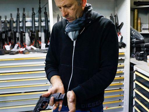 Cómo se manejan las pistolas en los sets de filmación, según el experto en armas que le enseñó a disparar a Robert de Niro