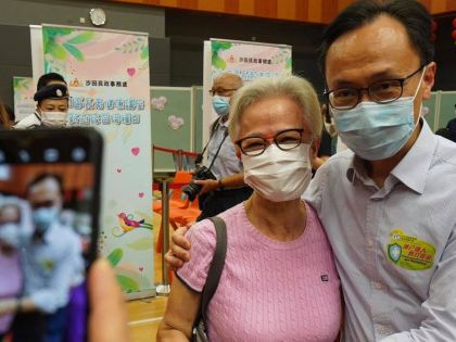維港會|聶德權1日跑三場新冠疫苗接種活動 長者勁冧讚打針方便