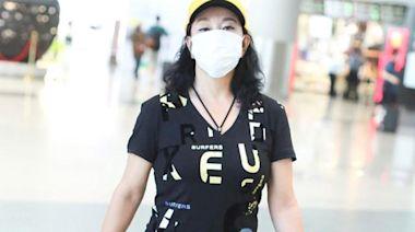 65歲趙雅芝劉曉慶現身機場,兩人年齡相差一歲,卻似兩代人