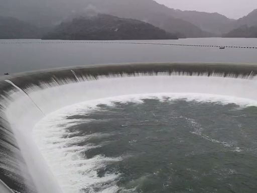 台南豪大雨!南化水庫喝飽飽 溢流潺潺如白絹 | 蘋果新聞網 | 蘋果日報