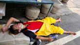 疫情大爆炸|清潔人員穿防護衣忙消毒「中暑倒地」 網友心疼:謝謝你們! | 蘋果新聞網 | 蘋果日報