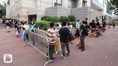 打壓港蘋|逾百港人排隊旁聽《蘋果》兩管理層提堂 金融界人士聲援:事件會殺死香港 | 蘋果新聞網 | 蘋果日報
