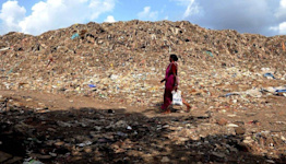 The nightmare of India's tallest rubbish mountain