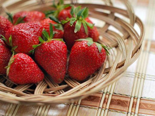 超市狂嗑草莓!女童不顧勸導嗆店員