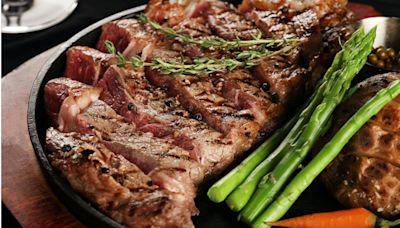 正妹曝光「餐廳級鮮嫩牛排秘訣」 近萬網友嚇傻:膽固醇要爆了!