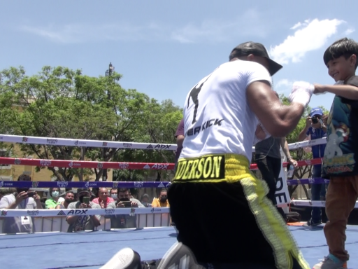 Video: Anderson Silva brings young fan into the ring at boxing open workout in Mexico
