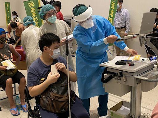 亞東醫院宇美町式施打法 為視障按摩師接種疫苗 - 疫苗新資訊 快速報你知 - 自由健康網