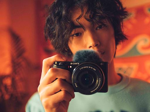 可以「換鏡頭」的隨身小相機 Sony Alpha ZV-E10 登場!側翻式多角度螢幕、清晰收音搭配各種多元鏡頭焦段讓你擁有更多拍攝與錄影樂趣