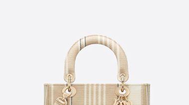 2021春夏必敗燕麥奶包包推薦!盤點Chanel口蓋包、Loewe吊床包、CELINE經典包…超過10款仙氣滿分的手袋選擇
