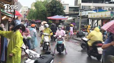 台南大雨路面積水 買菜婆媽遇雨襲困市場│TVBS新聞網