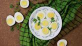 ¿Qué es el anillo gris o verde que aparece alrededor de la yema de un huevo duro?