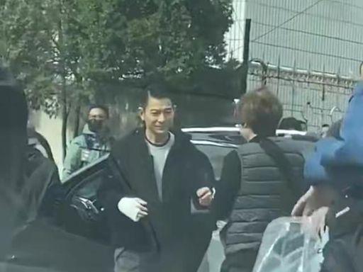 劉德華街頭拍戲被偶遇,一身黑衣狀態佳,手綁繃帶跪地拍攝太敬業