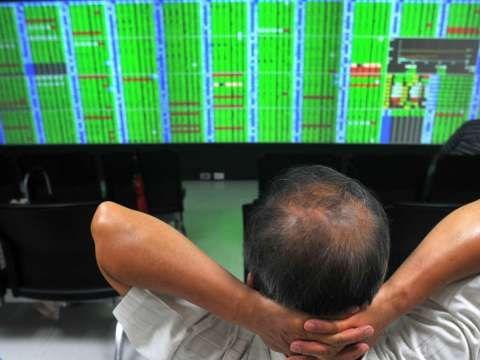 台股跌逾百點 外資狂砍逾200億元 三大法人聯手賣超257.92億元 | Anue鉅亨 - 台股盤勢