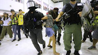 三女被指為救示威者襲警 辯方稱有被告只因遭警「踩甩鞋」失衡 | 蘋果日報