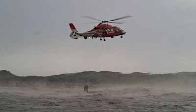 高雄山區2疏濬工人受困沙洲 直升機救援脫困