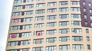 灣仔帝盛酒店的隔離住宿客人趁母親節向媽媽「隔著玻璃說愛您」 整間酒店都彌漫著濃濃的藝術氣息及溫馨愛意 | 蕃新聞