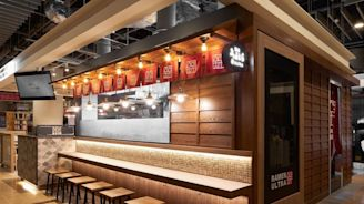 看見拉麵職人的堅持本色!體驗日式懷舊風情,在傳統屋台下一同幸福品麵