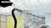 雲南女駕車載家人行駛高速公路 突有60厘米鋼筋刺進擋風玻璃 | 兩岸