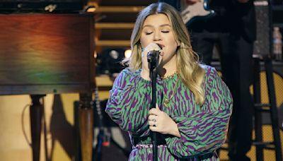 'Kellyoke' is back! Watch Kelly Clarkson sing a soulful classic