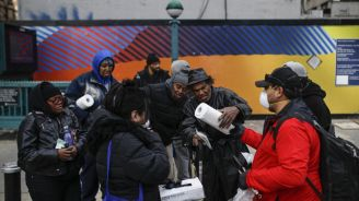 'I can do it.' Couple braves pandemic to help NYC's homeless