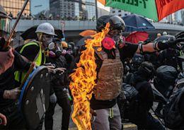 縱火燒人、港警開槍 香港三罷歷經最醜陋的一天