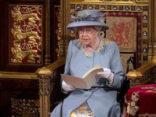 英國女王喪夫後首度露面 由王儲陪伴主持國會開議