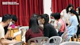 DSE放榜考生回校取成績單 老師在場打氣鼓勵   社會事