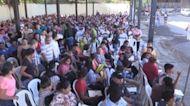"""Con la vida en una carpeta, miles acuden a """"feria de empleos"""" en Nicaragua"""