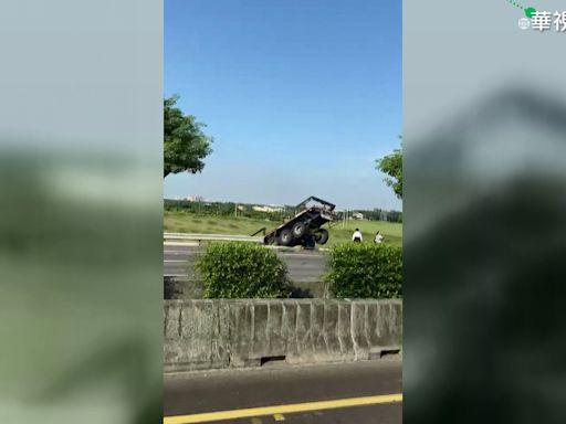 國道驚魂!轎車爆胎追撞聯結車 駕駛棄車逃