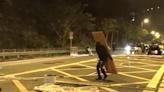 黑衣人富山邨外堵路 防暴警移走雜物制服至少3人
