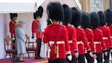 英國女王接待G7領袖 一句話逗樂全場、還拿長劍切蛋糕