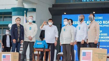 菲律賓獲美國捐贈300萬劑莫德納 杜特蒂親自到機場迎接