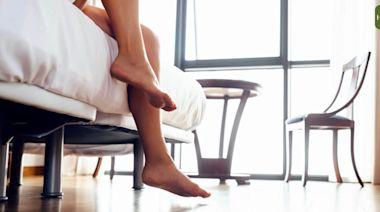 3 招腳中風自測法!醫師教「摸腳背」看懂腳中風症狀、危險因子、預防治療